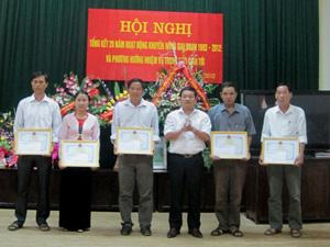 Lãnh đạo huyện Kim Bôi trao giấy khen cho các tập thể có thành tích xuất sắc trong hoạt động khuyến nông giai đoạn 1993 – 2012.